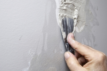 applying-drywall-spackle